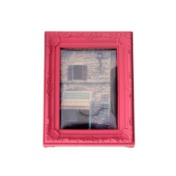 Este porta retrato de Dokkoi está elaborado con plástico súper resistente y tienen un genial diseño vintage en todo su marco.